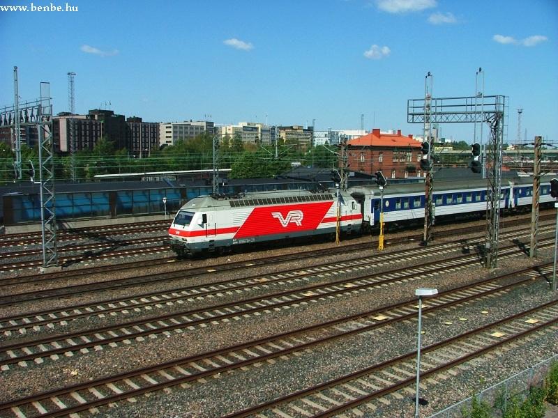 Egy Sr2-es gép tolja ki Szentpétervárról érkezett vonatát Helsinkibõl fotó