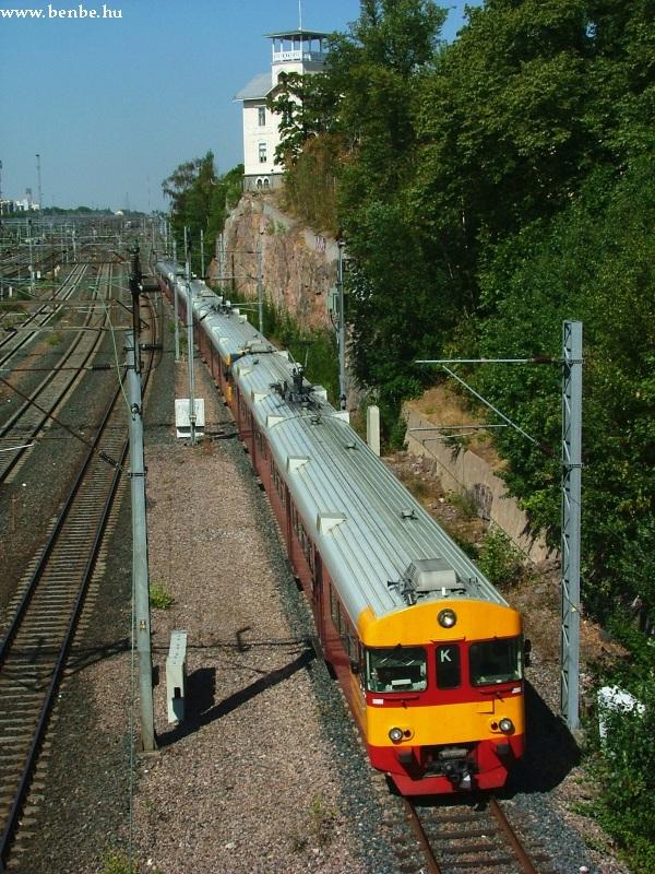 Fel nem újított és felújított Sm2-esekbõl álló vonat húz el a villa alatt Helsinkiben fotó