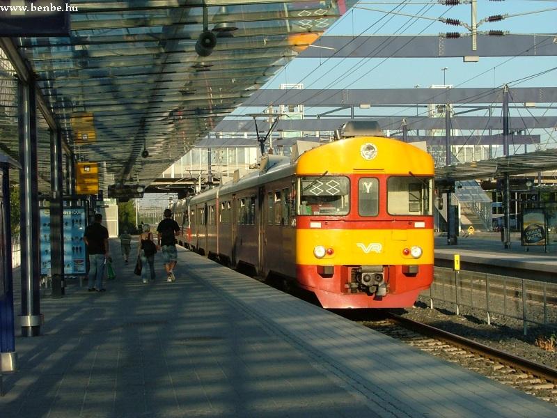 A lemenõ Nap fényébe érkezik egy Y vonat Leppävvarába fotó