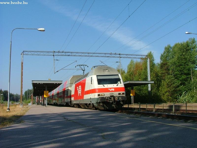 Kera megállóhelyen vágtat keresztül egy InterCity2 vonat Sr2 mozdonnyal fotó