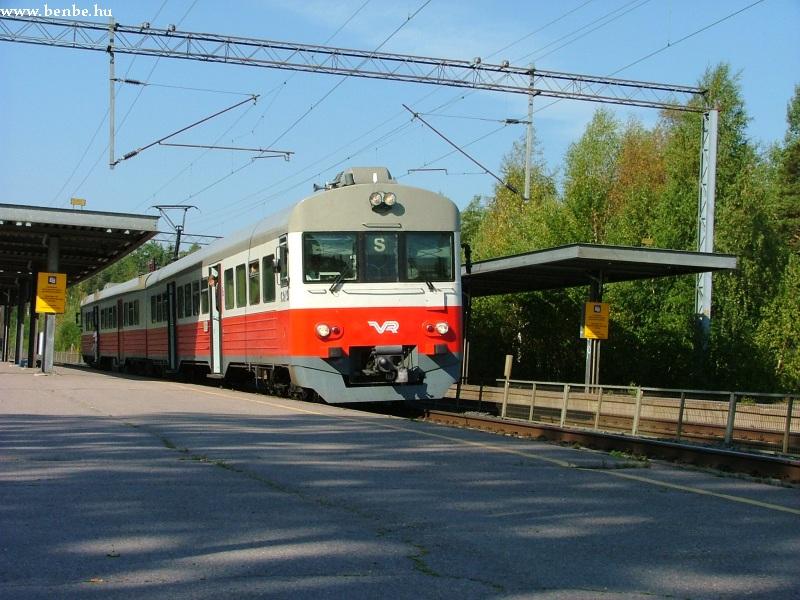 Egy S vonat érkezik a peronhoz fotó