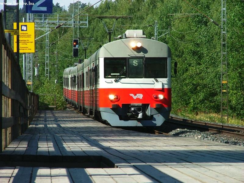 Megengedhetetlen egy fejlett vasút számára, hogy ilyen ódivatú peront építsen! fotó