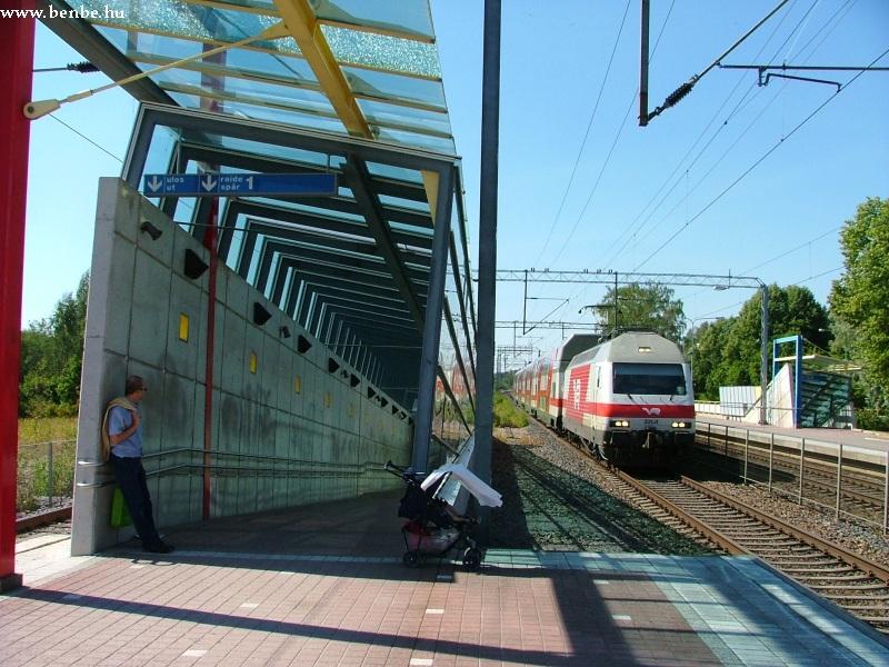 InterCity2 vonat halad át Kauklahti állomáson fotó