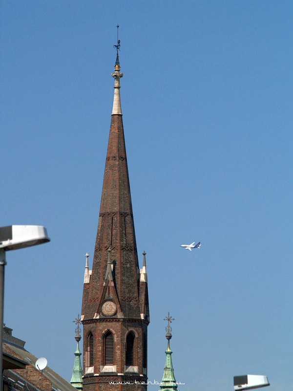Boeing 737-800 a Szilágyi Dezsõ téri református templom tornya mellett fotó