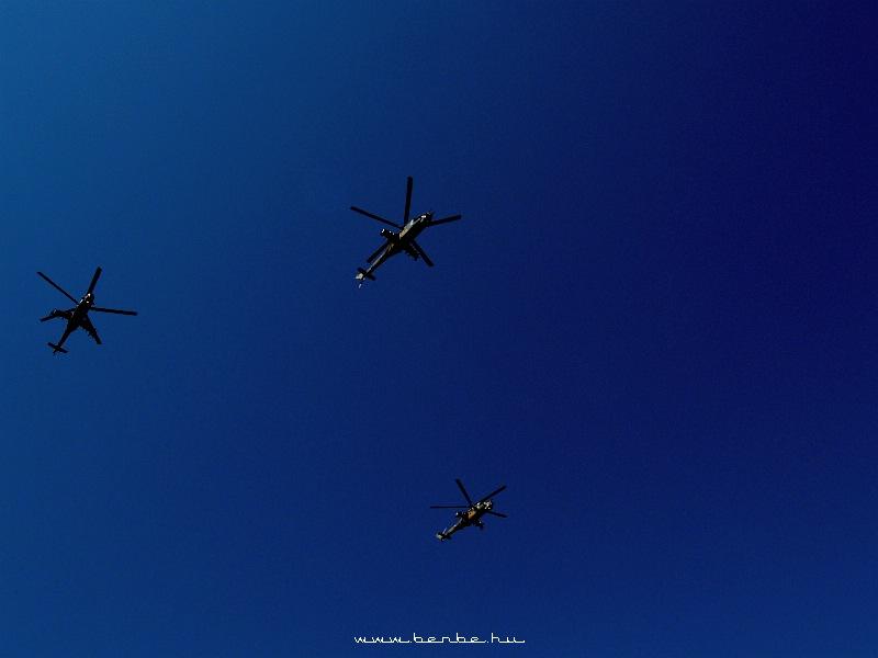 Mi-24 (HIND-D) helikopterek a Hõsök terén fotó