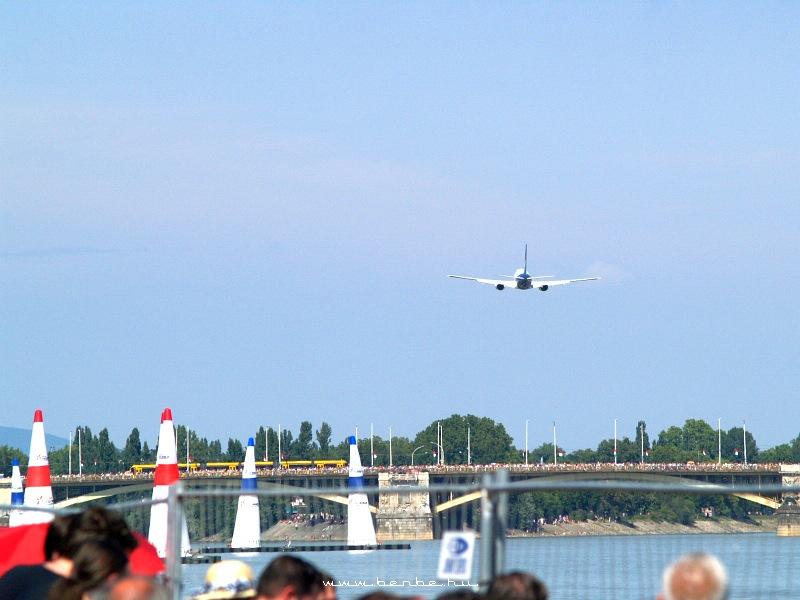 Boeing 737-800 a Margit híd fölött fotó