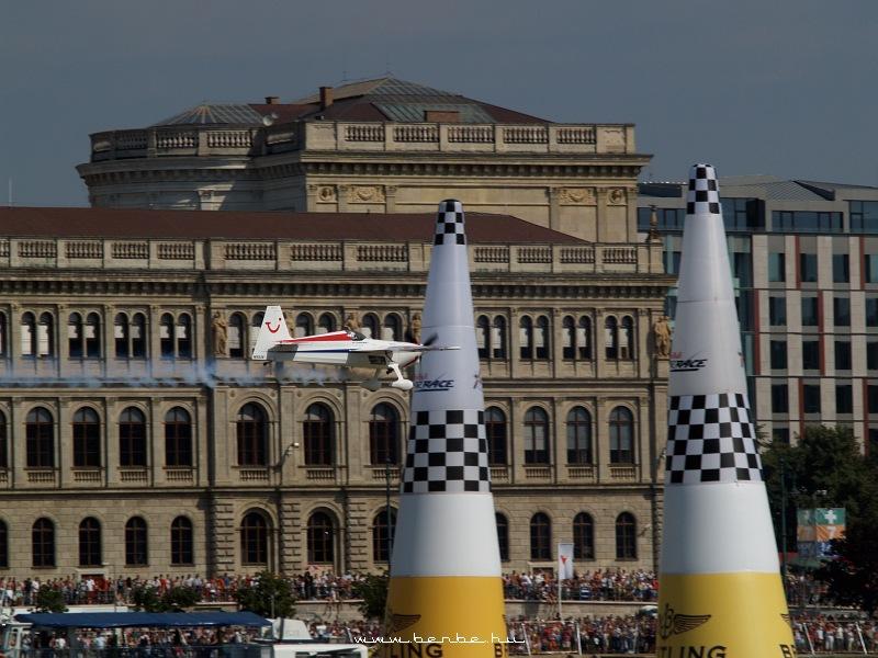 Red Bull Air Race: Paul Bonhomme a célban fotó