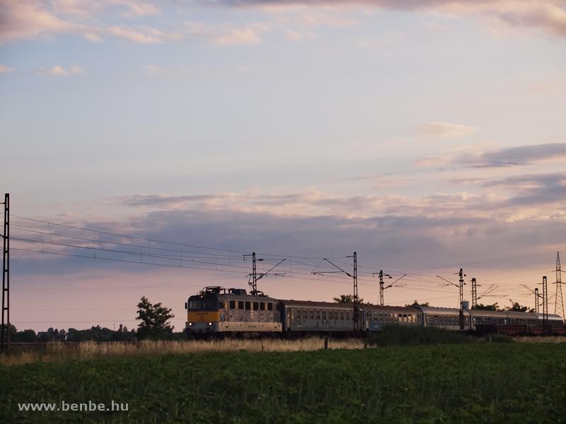 V43 1294 egy sátoraljaújhelyi gyorsvonattal Füzesabony és Szihalom között fotó