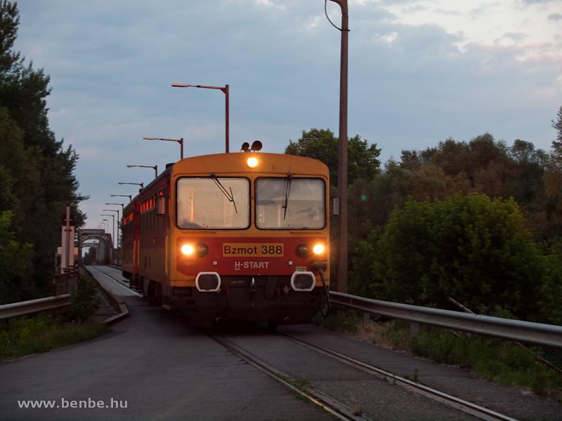 Bzmot 388 a kiskörei Tisza-hídon fotó