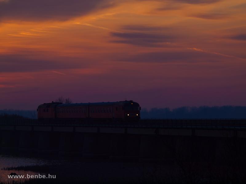 Btx 019 vezette MDmot motorvonat a Tisza-tavon napkeltekor, Tiszafüred és Poroszló között fotó