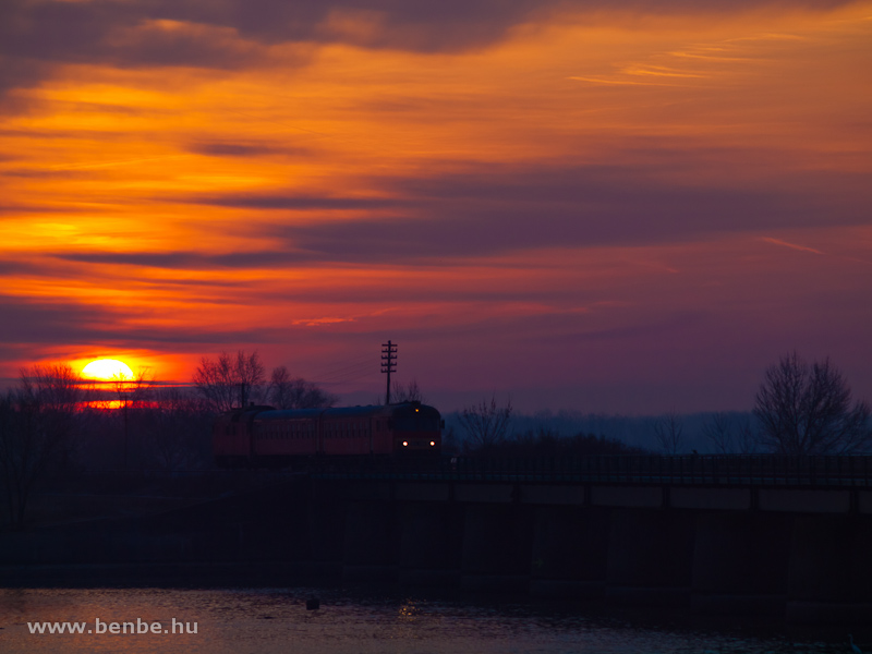 An MDmot multiple unit with the Btx 019 driving trailer on the lead on the embankment on the Tisza-lake between Tiszaf�red and Poroszl� at dawn photo