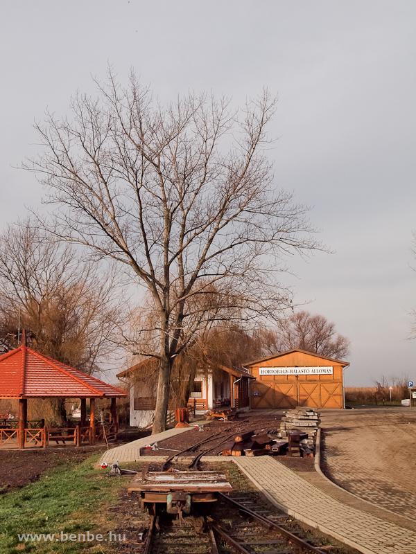 A Hortobágy-halastavi kisvasút fűtőháza a MÁV megállója mellett fotó