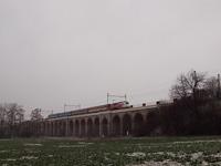 A ČD 380 011-7 Lipnik nad Desnou és Drahotuse között a Jezernickí Viadukt völgyhídon