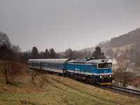 A ČD 750 718-9 pályaszámú Búvár dízel-elektromos mozdonya Lipová Lázne zastávka és Lipová Lázne között