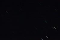 A legjobb képem a NEOWISE üstökösről: a nagyon béna fotón az üstökös a sűrű csillagos résztől fölfelé látható türkizes, derengő csík