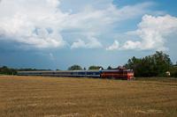 A MÁV bajuszos retró-festésú Szergeje, az M62 194 Aszófő és Örvényes között a szegedi retró Y személykocsikkal és a kék retró nagypaklival