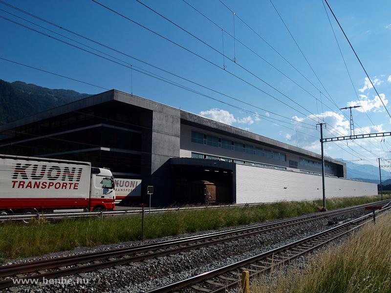 A Kuoni Transporte dizájnos logisztikai központja durván hozzátoldott rakodótetővel fotó