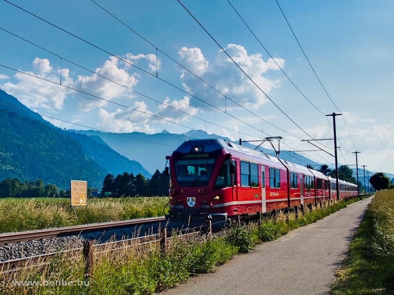 Az RhB ABe 8/12 3508  Richard Coray  a Bernina-Express panorámavonattal Domat/Ems és Felsberg között fotó