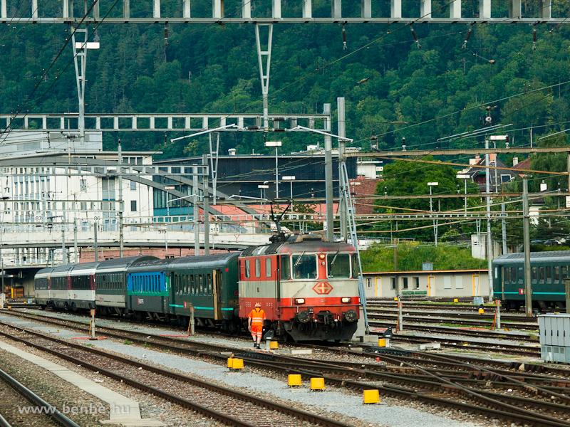 Az SBB Re 4/4 11109  Swiss Express  festésű mozdonya egy igen vegyes szerelvénnyel Churban fotó
