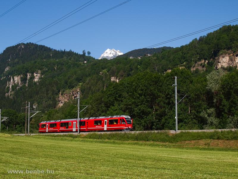 Az RhB ABe 8/12 3515 pályaszámú  Allegra  motorvonata Rueun és Waltensburg/Vuorz között fotó