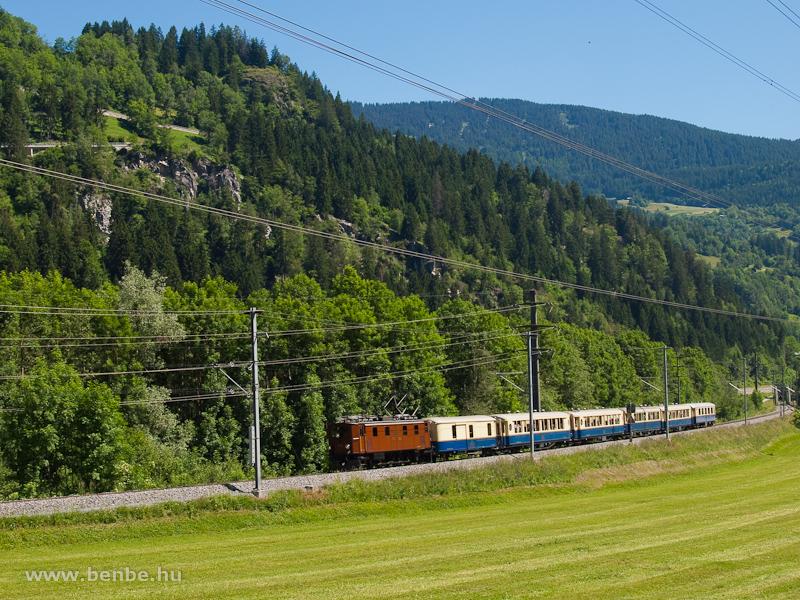 Az RhB Ge 4/6 353 pályaszámú hattengelyes, rudazathajtású nosztalgia-villanymozdonya Rueun és Waltensburg/Vuorz között az Alpine Classic Pullman Express-szel fotó