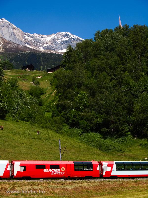 A Glacier-Express kiszolgálókocsija és a 3614 méter magas Tödi fotó
