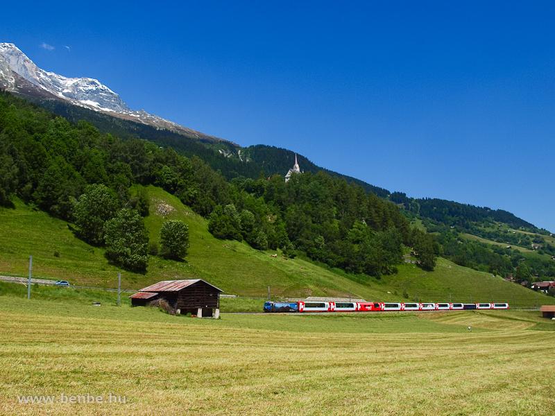 Az RhB Ge 4/4 III  647  Graubündner Cantonalbank  a Gleccser-expresszel Trunban fotó