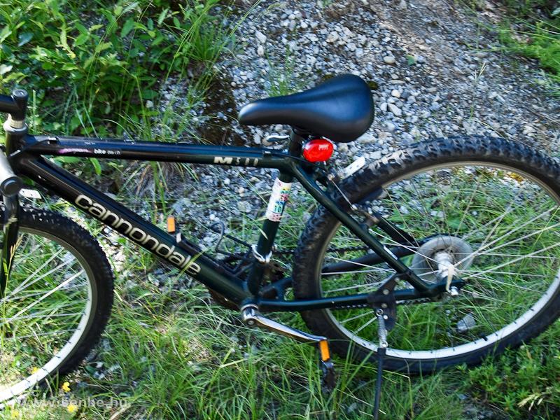 Kötelező biztosítást jelző matricák egy kerékpáron fotó