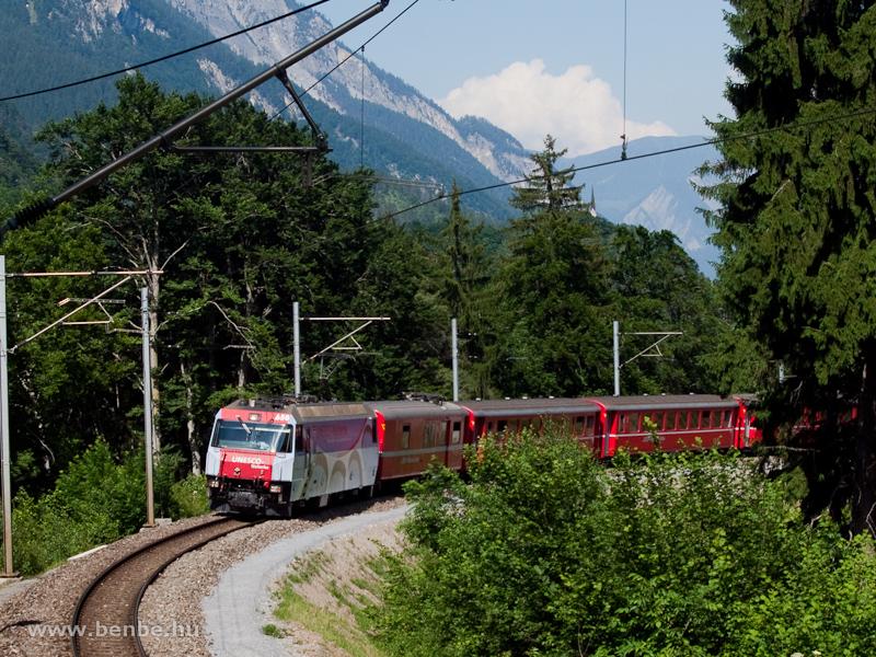 Az Albulabahnra tart a Ge 4/4 III  650-es, az Albula-Bernina vonalak UNESCO Világörökség tagságát hirdető mozdony fotó