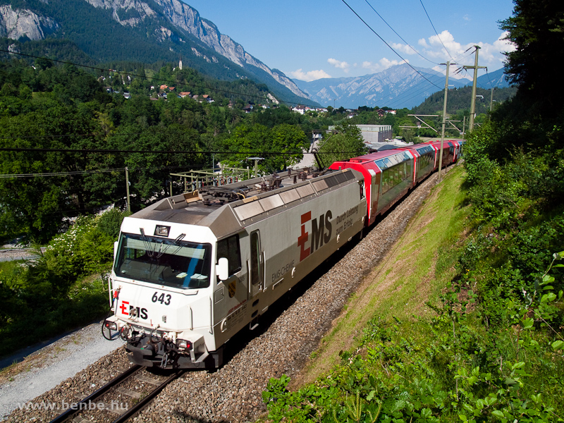 A Ge 4/4 III  643-as  Ems Chemie  az önállóan közlekedő Zermatt-St. Moritz GEX-szel Reichenau-Tamins és Bonaduz között fotó