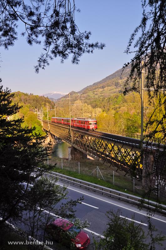 Az RhB Be 4/4 514-es Rhäzünsbe tartó S-Bahn vonattal a Reichenau-Tamins melletti Hátsó-Rajna-hídon fotó