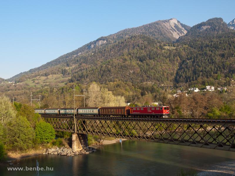 Az RhB Ge 6/6 II  705 egy Disentis/Mustér - Landquart tehervonattal a Reichenau-Tamins melletti Hátsó-Rajna-hídon fotó