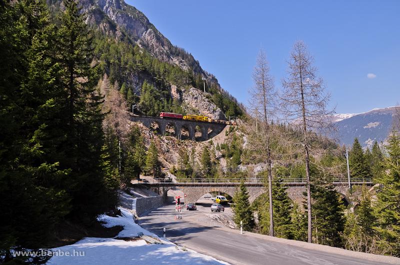 Az előbb látott tehervonat a Ge 6/6 II  705-tel a Rugnux-viadukton fotó