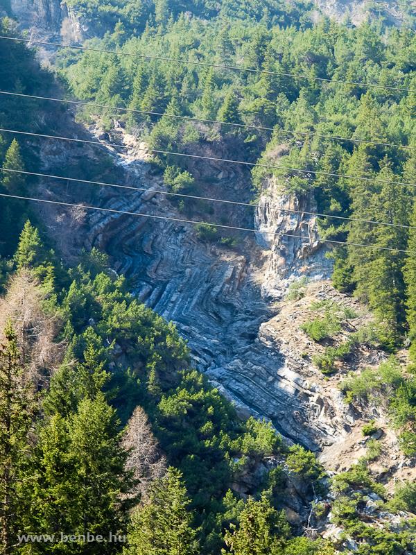 Komoly gyűrődés a hegyoldalban az Albula mentén fotó