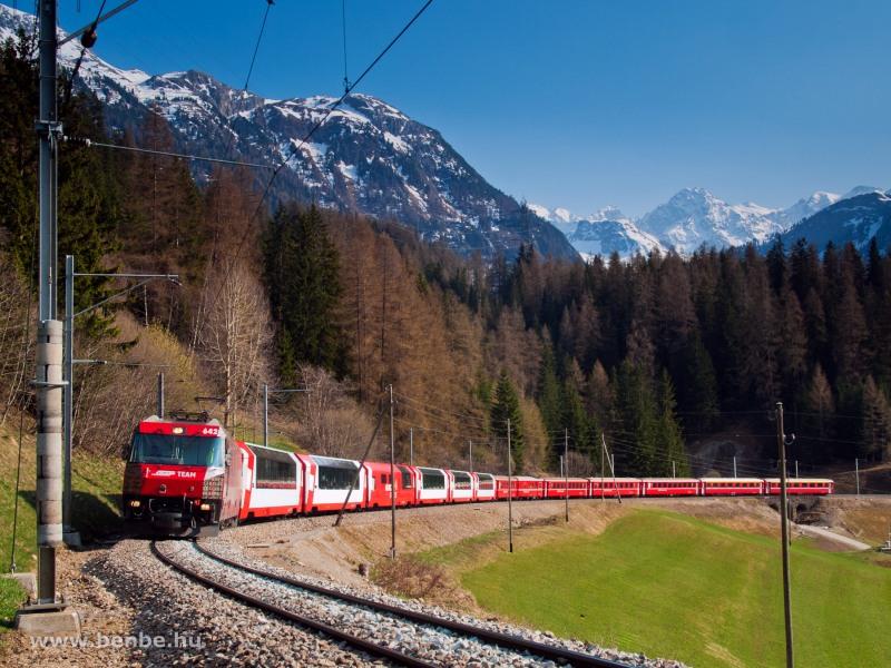 A Ge 4/4 III  658  RhB Team  a Glacier-Express közvetlen kocsikat is továbbító RegioExpress vonattal Bergün/Bravuogn és Preda között fotó