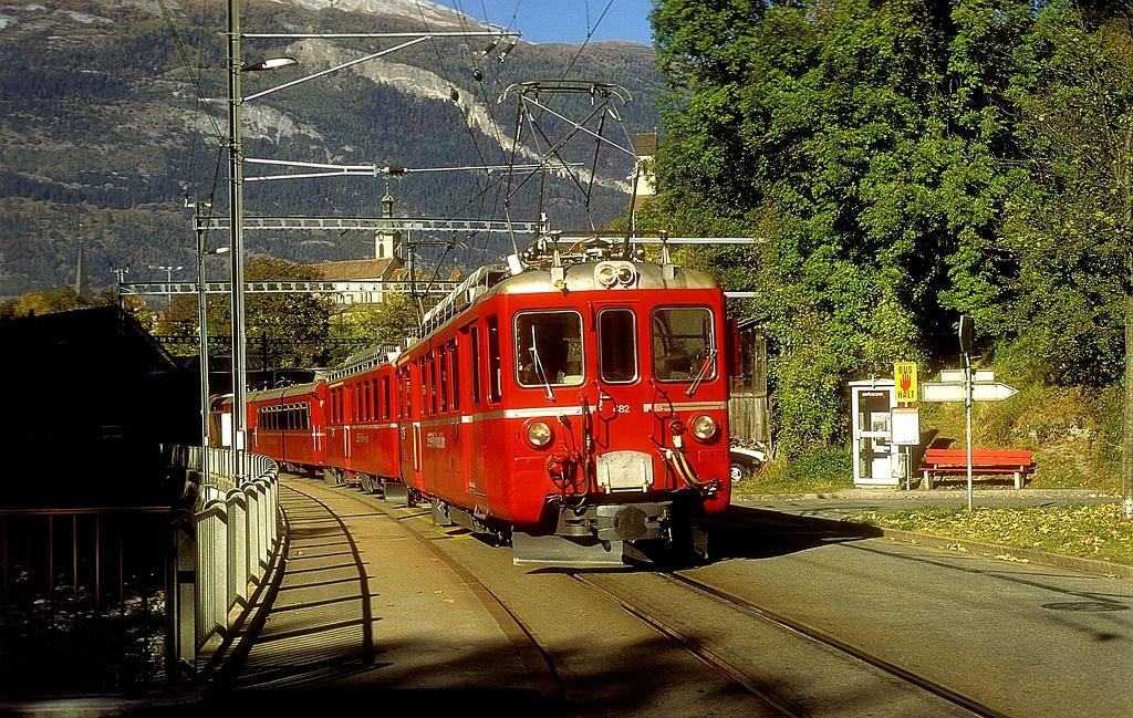 Chur utcáin halad a Plessur mentén az ABDe 4/4 482 és 488 pályaszámú, régi, egyenáramú motorkocsik az Arosabahnon, 1997. október 30-án fotó
