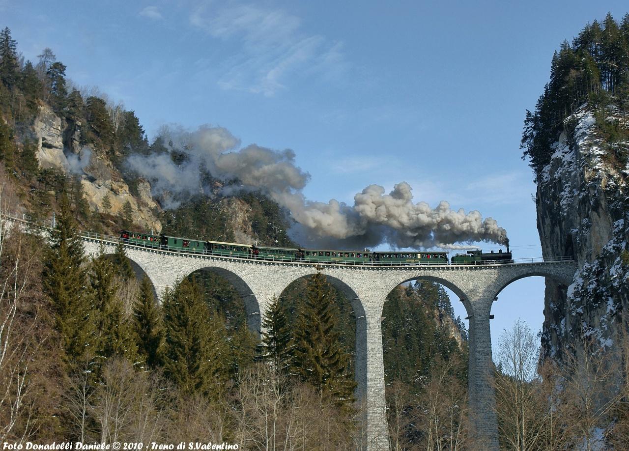 Az RhB G 4/5 107 pályaszámú nosztalgia-gőzmozdonya a Landwasser-viadukton Filisurnál fotó