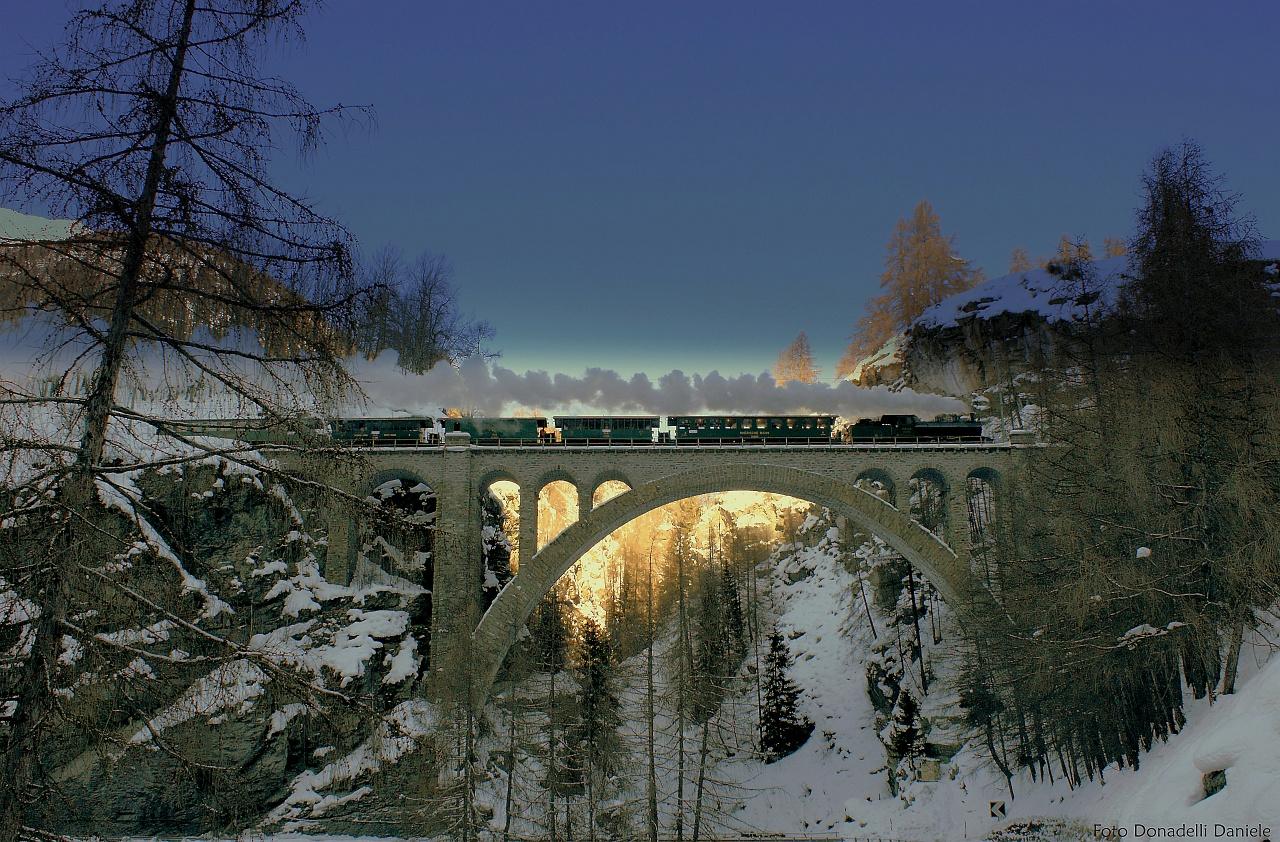 Az RhB G 4/5 108 pályaszámú nosztalgia-gőzmozdonya a Guarda előtti Val Tuoi-Viadukton fotó