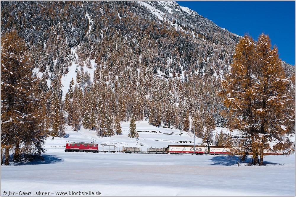 A Ge 4/4 I  sorozatú villanymozdony tehervonattal a behavazott Val Beverben, útban Alp Spinas és az Albulatunnel felé fotó