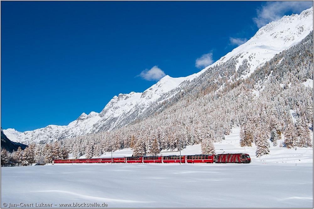 Ge 4/4 III  sorozat� villanymozdony a Chur-Tirano viszonylaton k�zlekedő Bernina-expressz vonattal a behavazott Val Beverben, nem sokkal az Albula-alag�t ut�n fot�