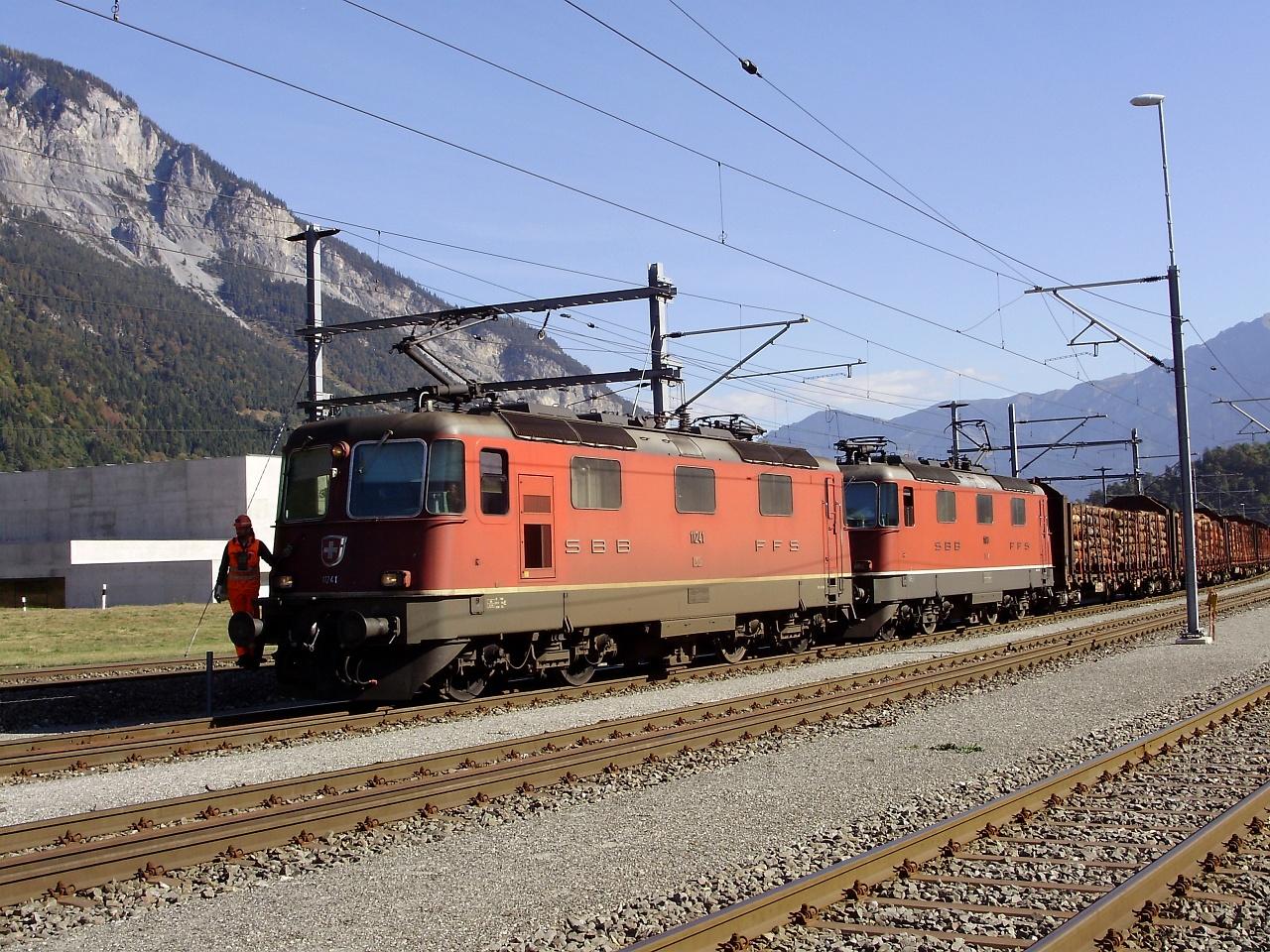 Az SBB-CFF-FFS Re 420 11241 pályaszámú mozdonya és testvére által vontatott tehervonat az RhB fonódott iparvágányán Domat/Ems és Ems Werk között fotó