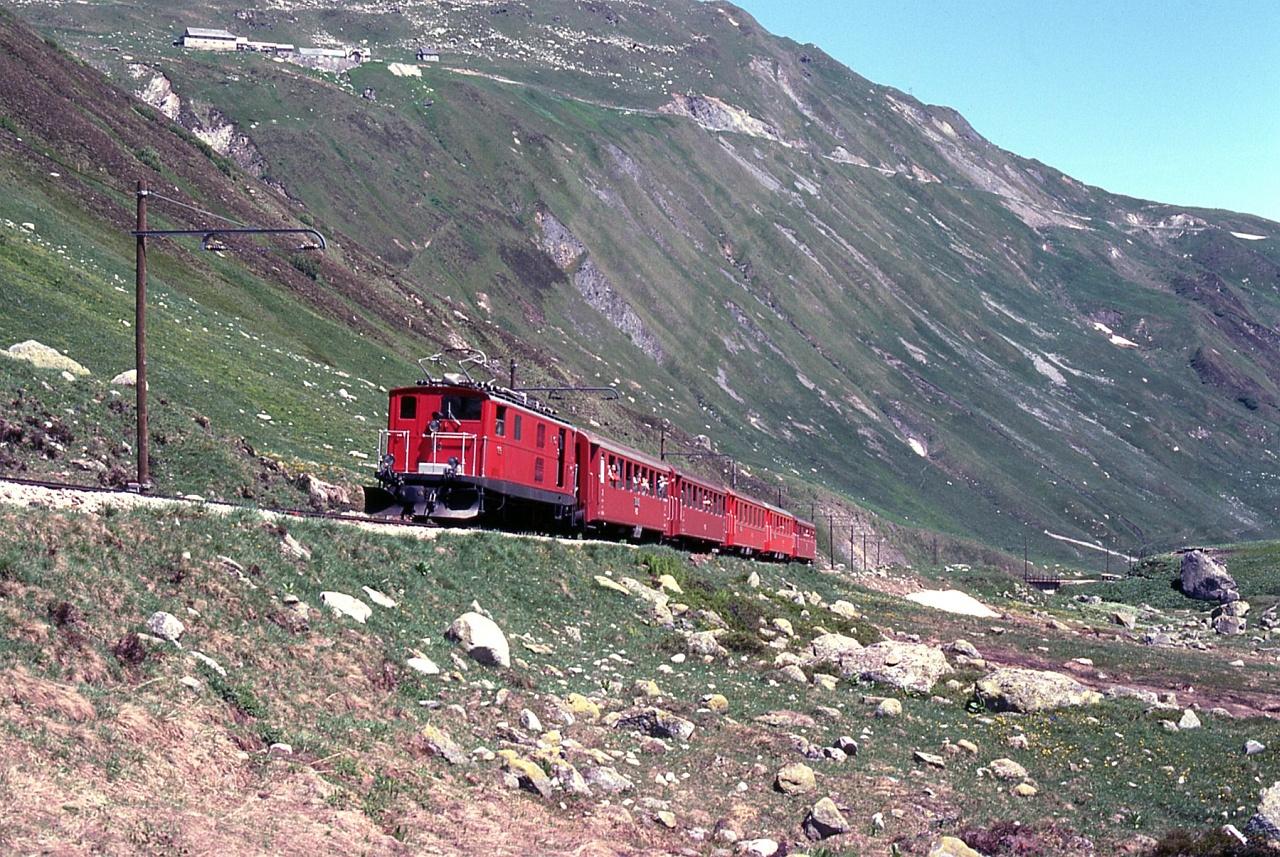 A Furka-Oberalp vasút HGe 4/4 sorozatú villanymozdonya a Furka-hágón Tiefenbach és Furka között fotó