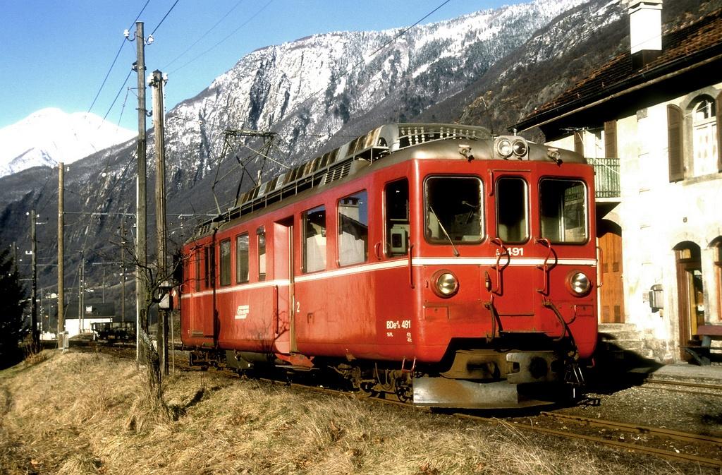 Az RhB BDe 4/4 491 pályaszámú motorkocsi a Bellinzona-Mesocco vonal San Vittore állomásán 1989. február 27-én fotó