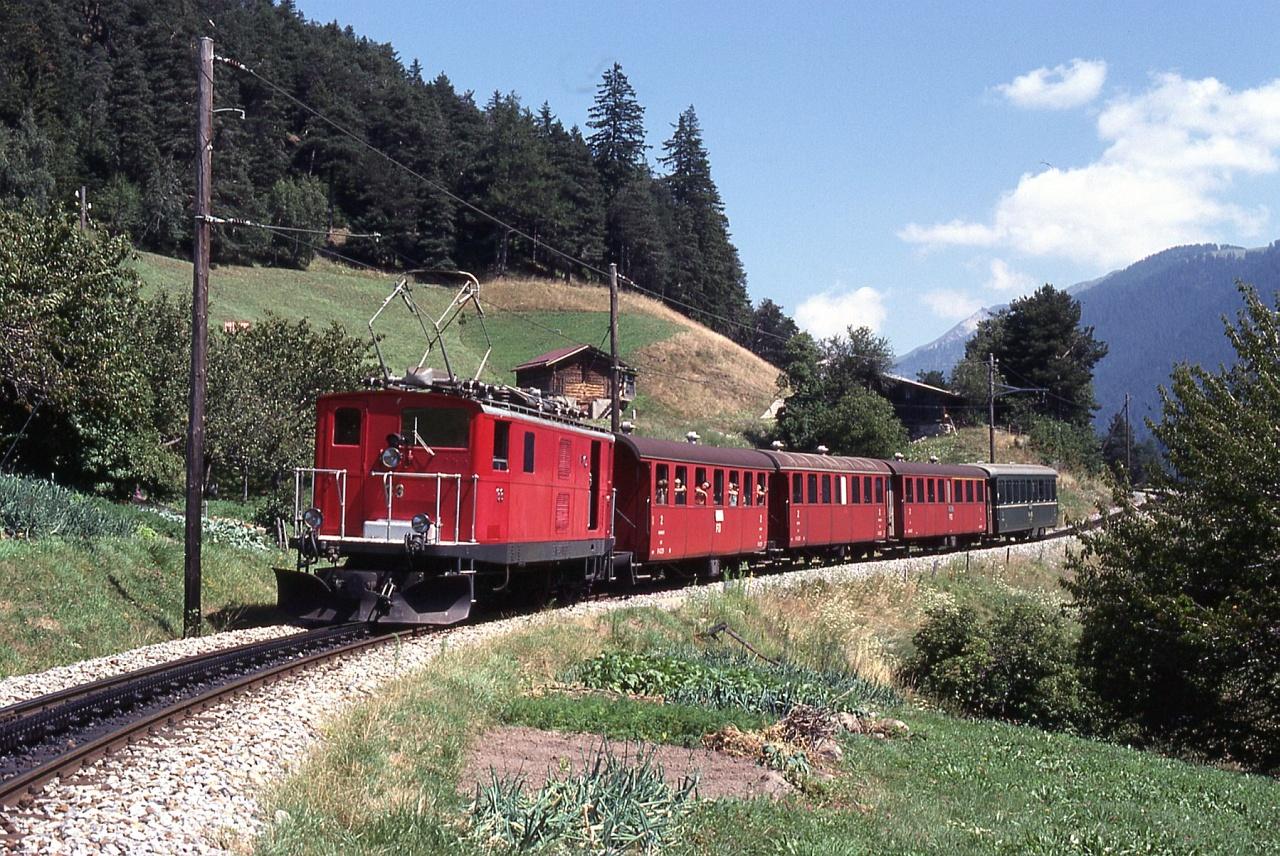 A Furka-Oberalp vasút HGe 4/4 sorozatú villanymozdonya valahol a Rhône völgyében fotó