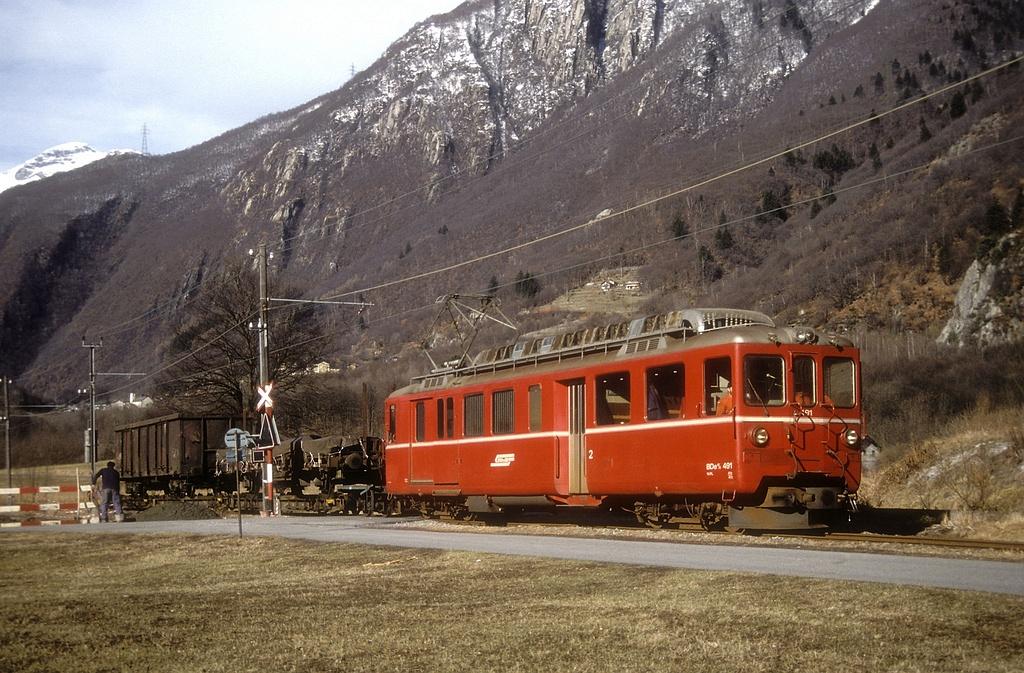 Az RhB BDe 4/4 491 pályaszámú motorkocsi a Bellinzona-Mesocco vonal San Vittore állomásánál 1989. február 27-én fotó