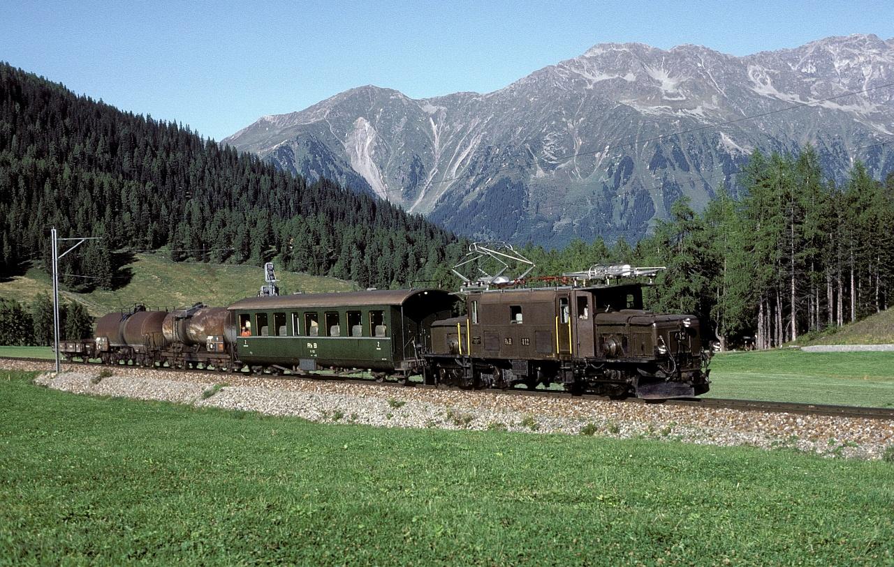 A Ge 6/6 I  412 pályaszámú RhB-Krokodil 1985. szeptember 11-én egy személyszállítást is végző tehervonattal Davos mellett fotó