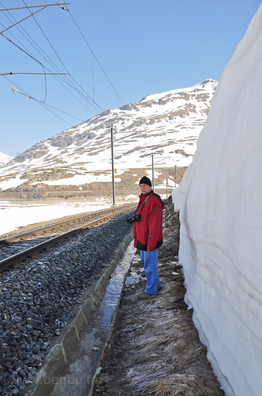 Tényleg ember magas a hófal! fotó