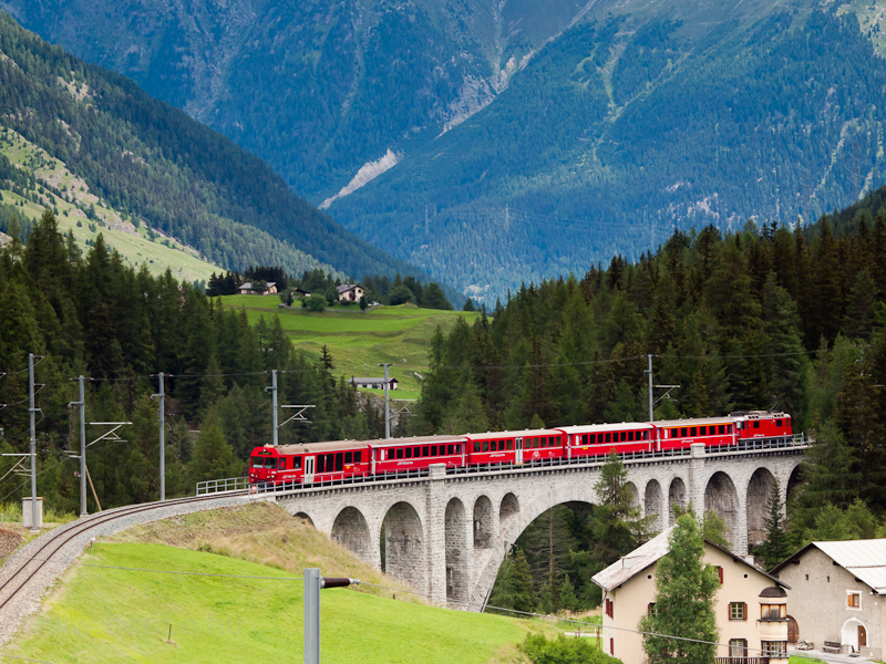 An Engadin push-pull train on the Inn-Viadukt at Cinous-chel-Brail photo