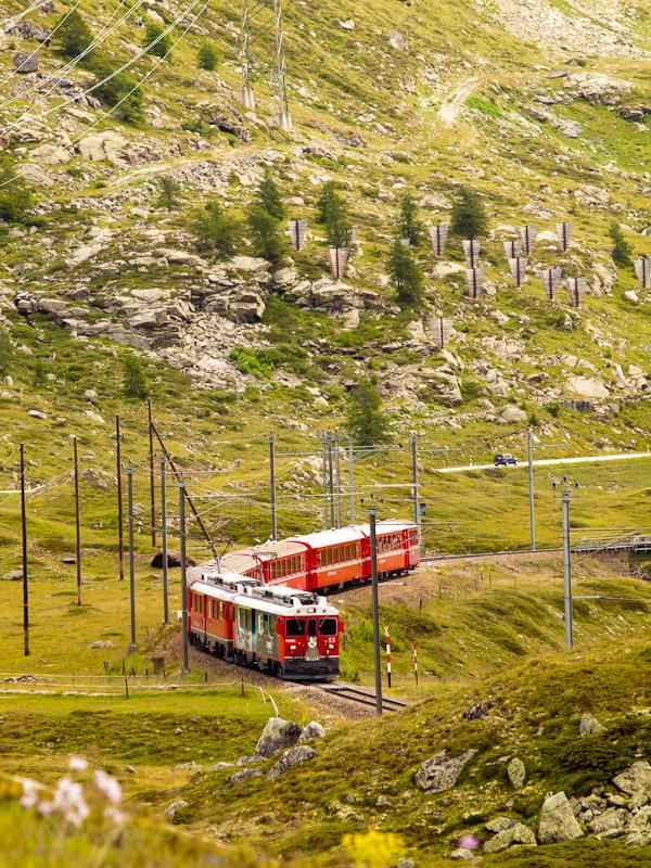 Az ABe 4/4 III  55 és 54 érkezik Bernina Lagalb állomásra - a háttérben lavinafogó szobrok meredeznek fotó
