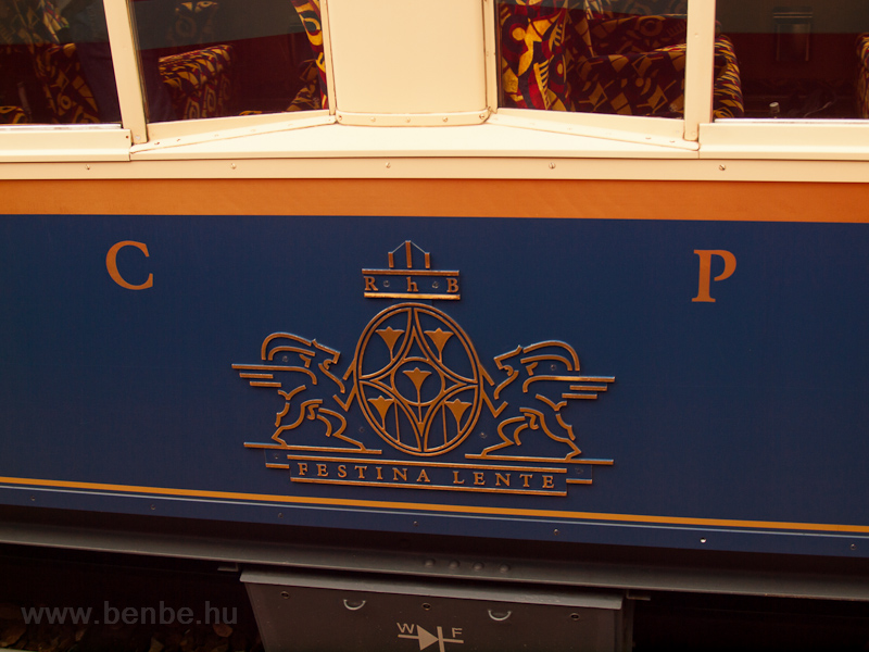 A címer egy Alpine Classic Pullman Express kocsin fotó